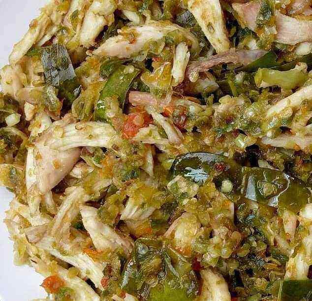 sajian masakan dan makanan ayam suwir cabe ijo siap santap